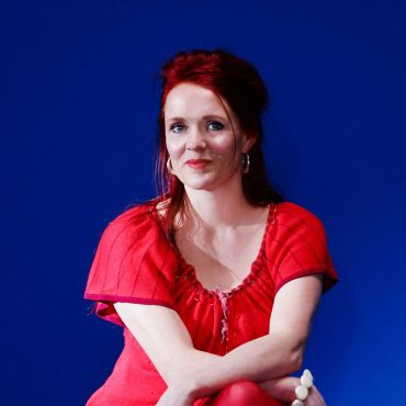 portret Ingrid van Veen van Luxe Binnenhuisarchitecten Costa Blanca met blauwe achtergrond