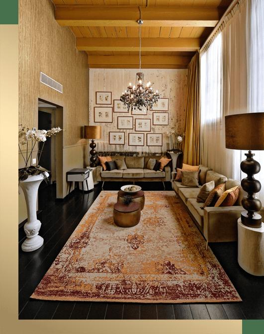 boetiek stijl hotelkamer oker met goud en groene bank in de Librije Zwolle