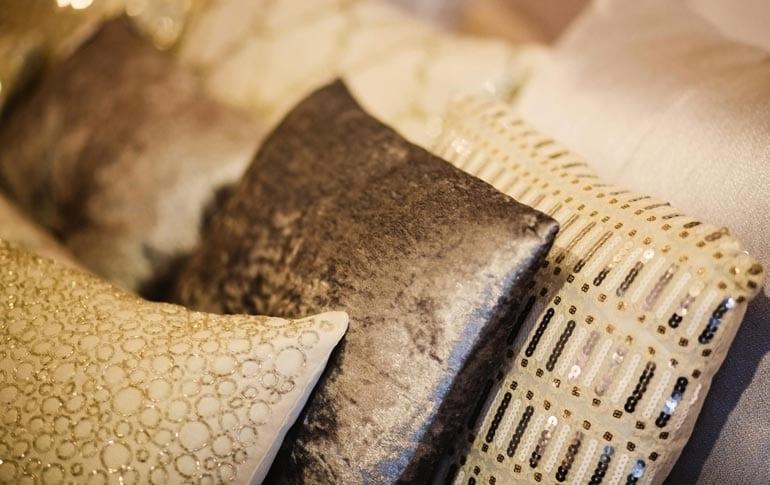 3 kussens in aardetinten door Costa Blanca luxe interieurontwerper