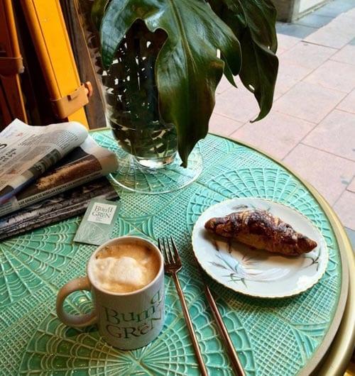 Theia Gaudi-tafel, croissant en koffie Mediterrane interieur styling