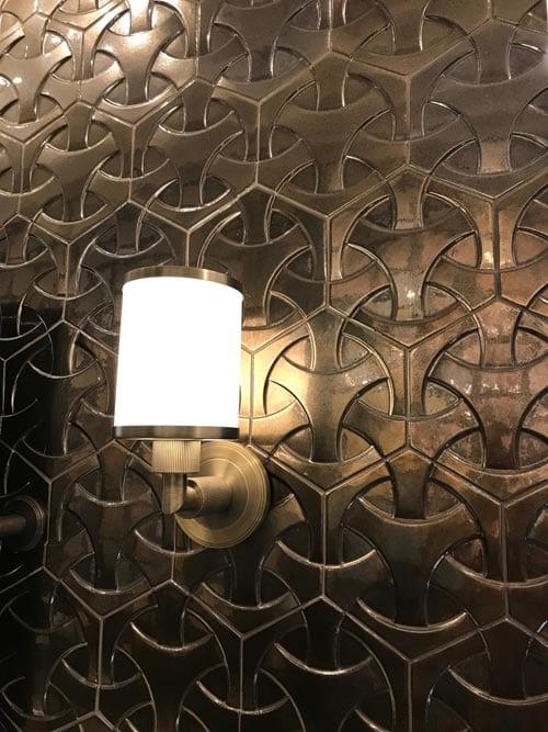 Mediterrane interieur styling tegel in goud met wand verlichting