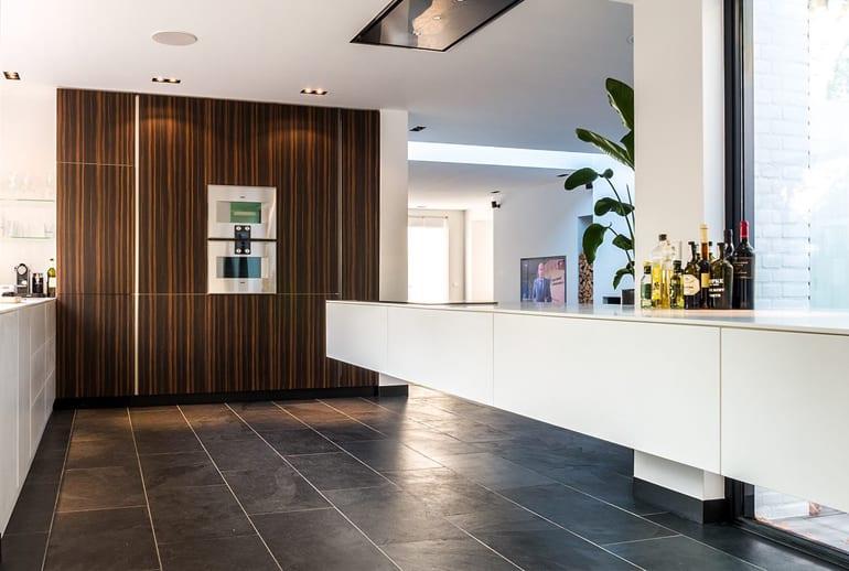 Nieuwe moderne keuken met hout en wit keukenontwerp Costa Blanca