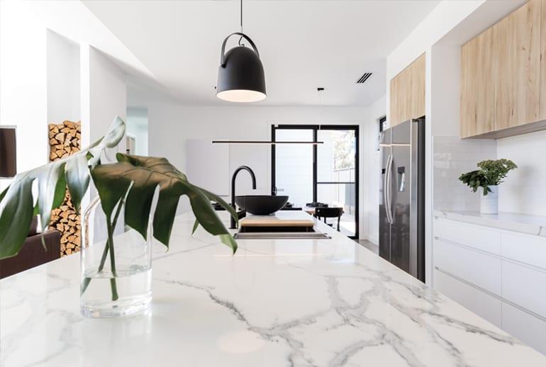 Renovatie keukenontwerp met marmeren kookeiland Costa Blanca